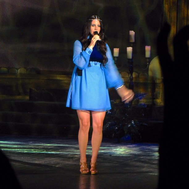 Короткое платье на концерте